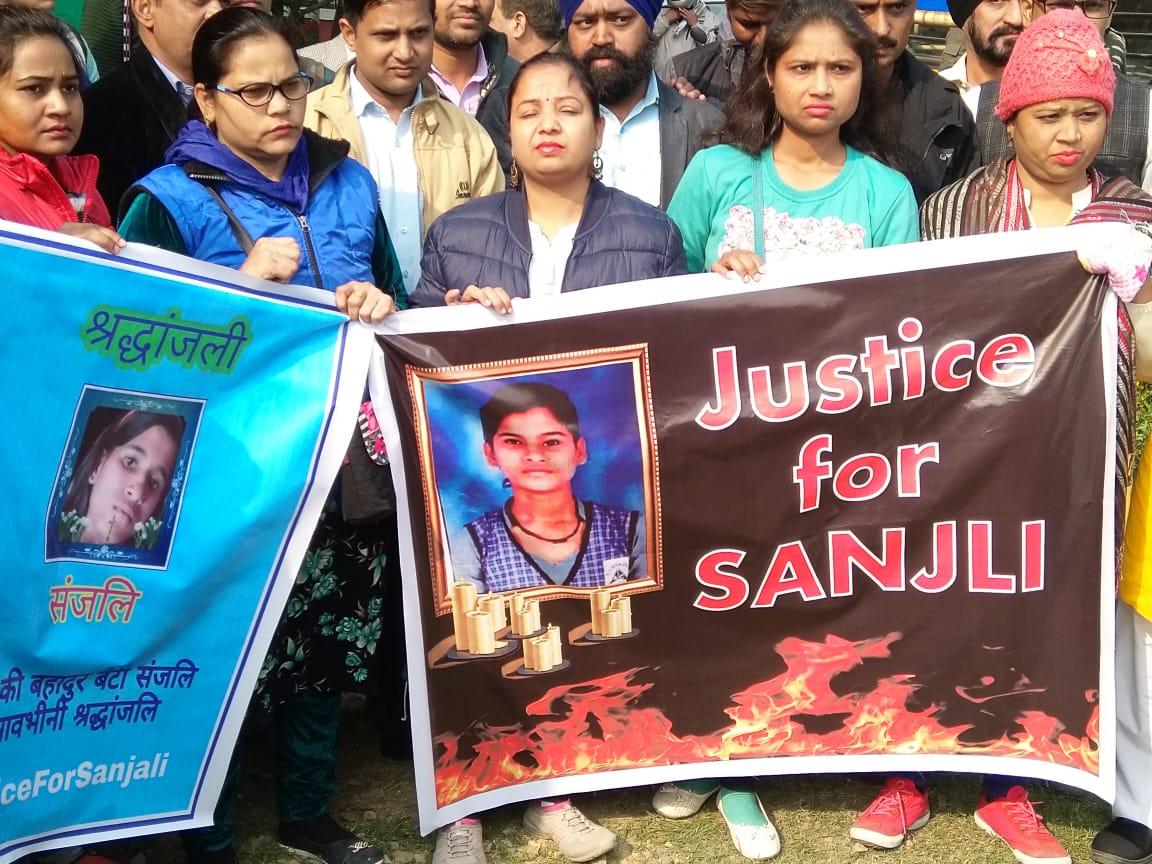आगरा की 15 साल की छात्रा संजली गौतम के ऊपर पेट्रोल छिड़ककर कर निर्मम हत्या व उसके भाई द्वारा मानसिक दवाब में आकर जान देने की दोहरे हत्याकांड के खिलाफ स्वराज इंडिया ने मंडी हाउस से जंतर- मंतर तक निकाला मार्च